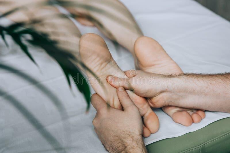 Masaje del pie de la mujer foto de archivo