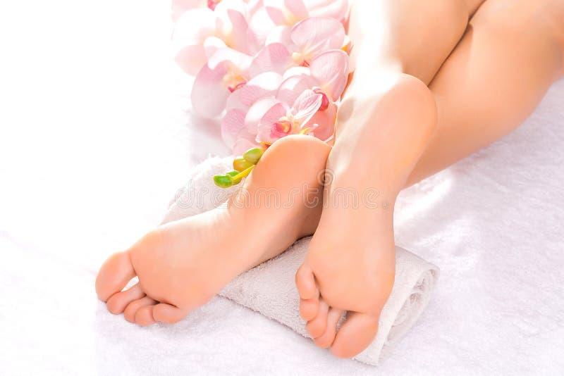 Masaje del pie en el salón del balneario fotos de archivo libres de regalías