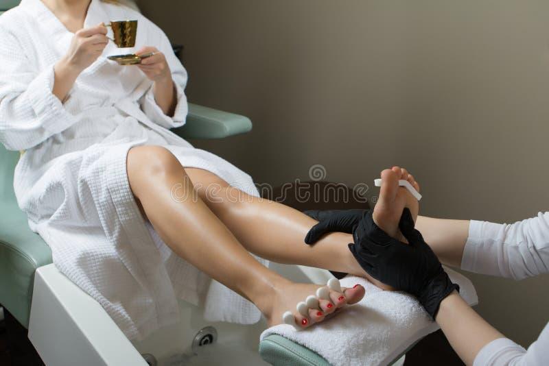 Masaje del pie en primer del salón del balneario foto de archivo