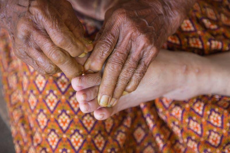 Masaje del pie humano en balneario imágenes de archivo libres de regalías
