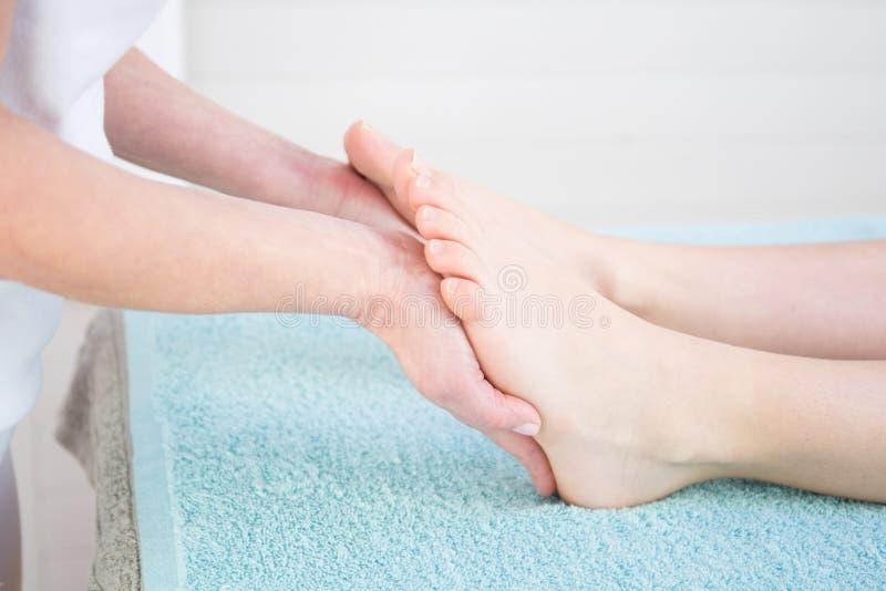Masaje del pie humano en balneario de la salud imágenes de archivo libres de regalías