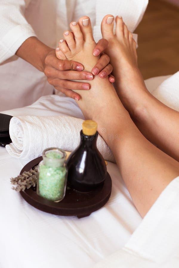 Masaje del pie humano en el salón del balneario - foco suave imagen de archivo libre de regalías