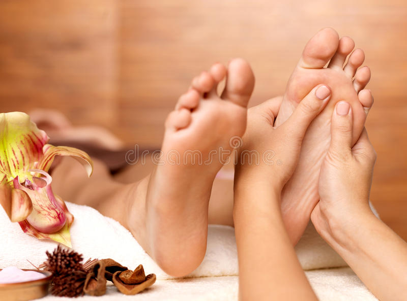 Masaje del pie humano en salón del balneario imagenes de archivo
