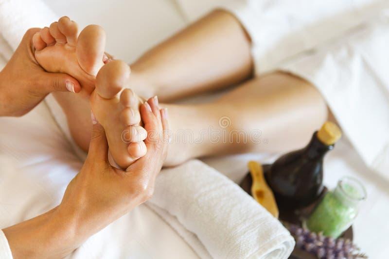 Masaje del pie humano en salón del balneario fotos de archivo