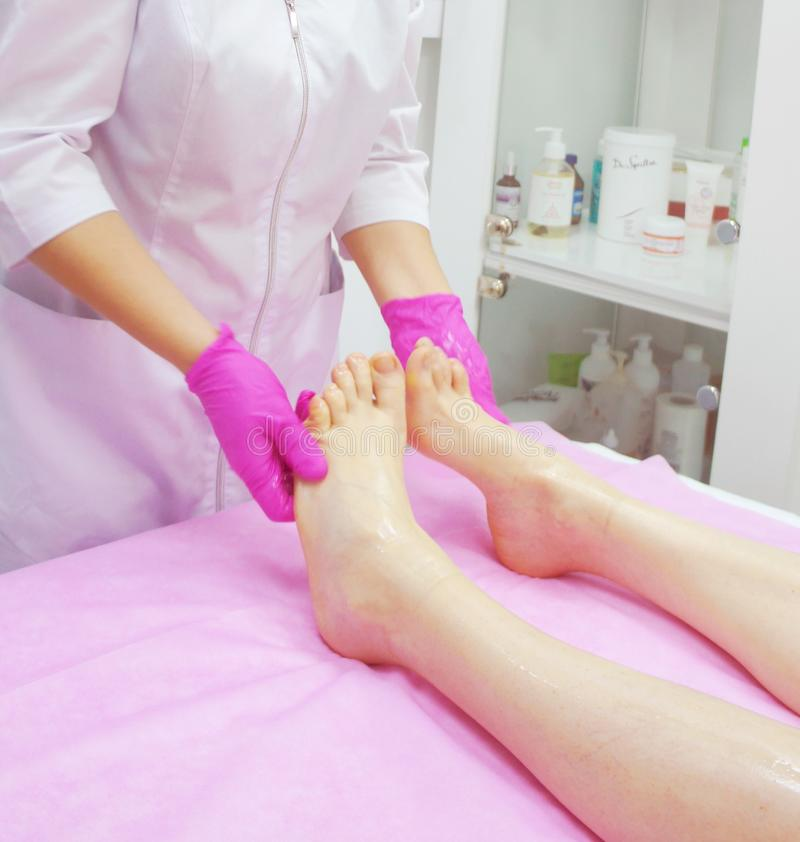 Masaje en el balneario, primer del pie procedimiento del masaje del pie en el salón del balneario fotos de archivo