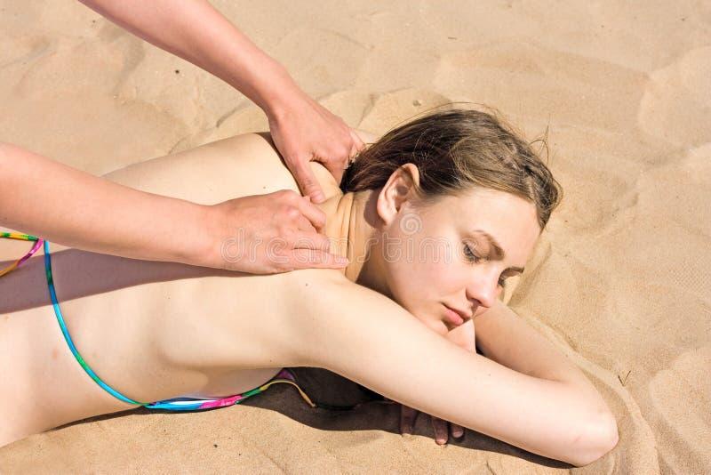 Masaje en una playa imagen de archivo