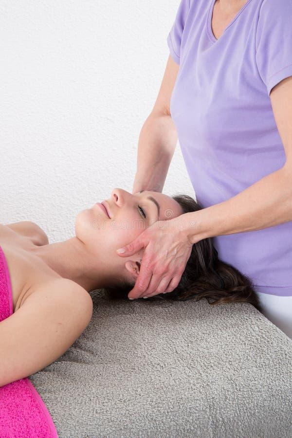 masaje principal por el tratamiento curativo de Reiki en la relajación y la medicina alternativa imágenes de archivo libres de regalías