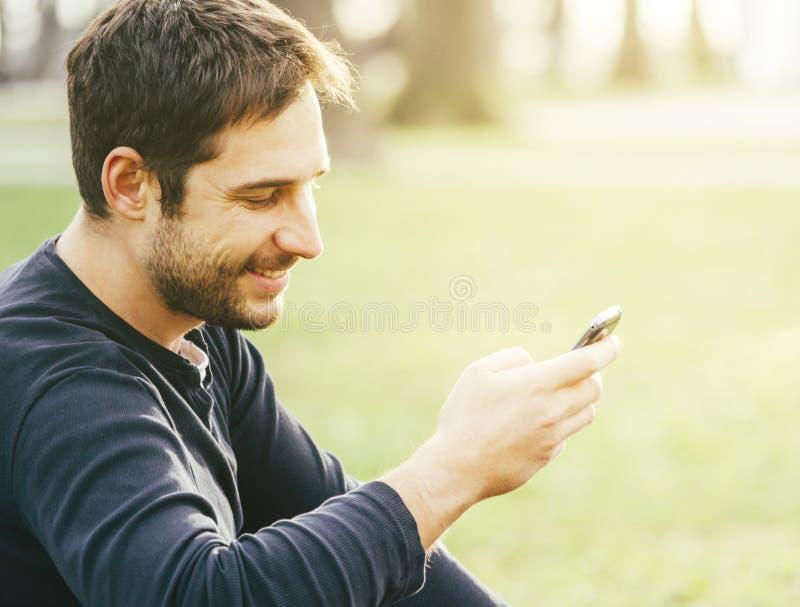 Masaje que manda un SMS del hombre fotos de archivo libres de regalías
