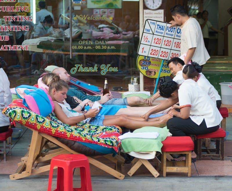 Masaje tailandés del pie imagenes de archivo