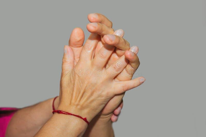 Masaje terapéutico profesional de las manos y de las palmas el doctor de la mujer da masajes a un atleta del hombre en un cuarto  imágenes de archivo libres de regalías