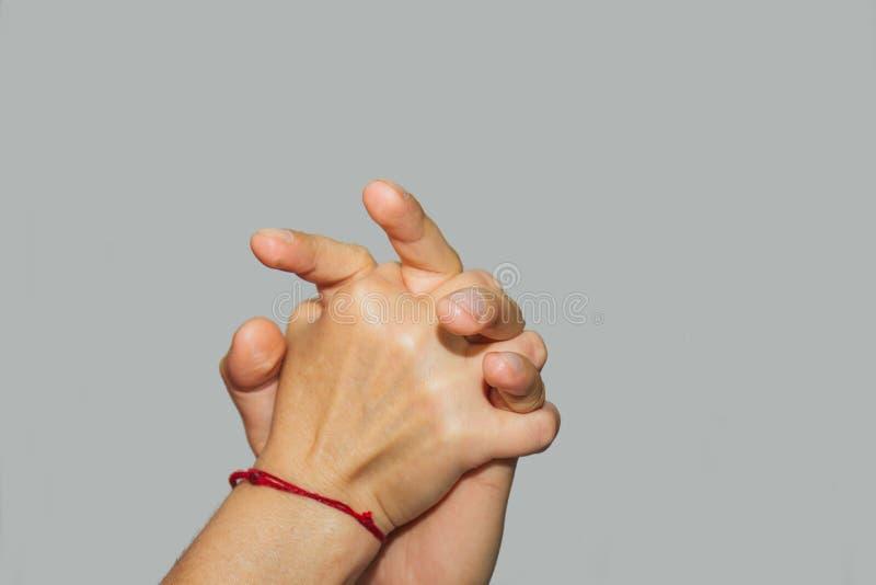 Masaje terapéutico profesional de las manos y de las palmas el doctor de la mujer da masajes a un atleta del hombre en un cuarto  imagen de archivo libre de regalías