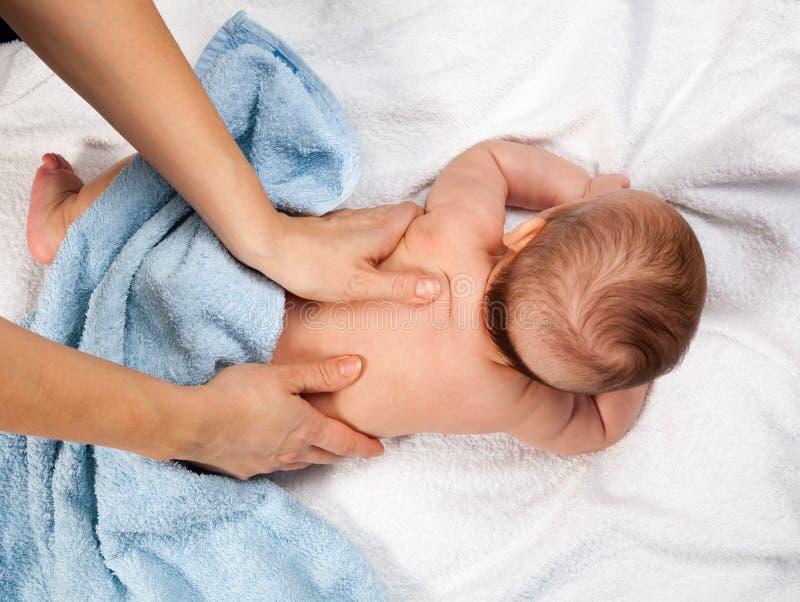 Masaje trasero del bebé imagenes de archivo