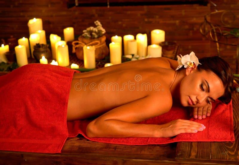 Masaje y acupressure aromáticos de la presión del aceite para la mujer joven imagen de archivo libre de regalías