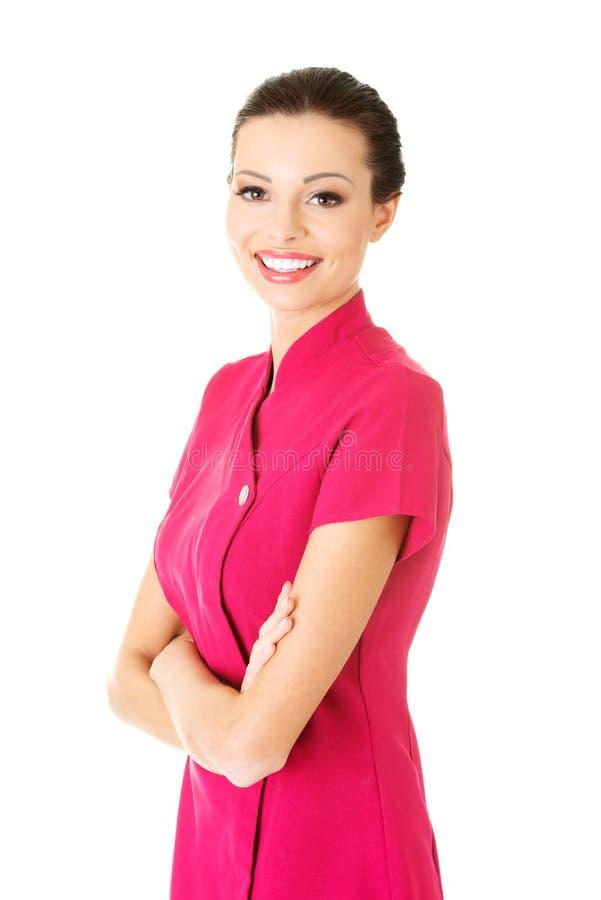 Masajista joven atractiva en uniforme del rosa. fotos de archivo