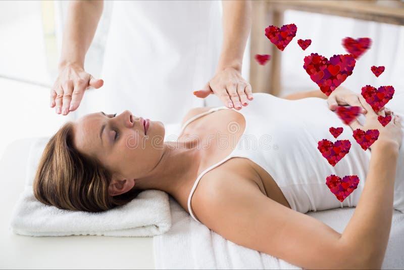 Masajista que da masaje a la mujer en el balneario imágenes de archivo libres de regalías