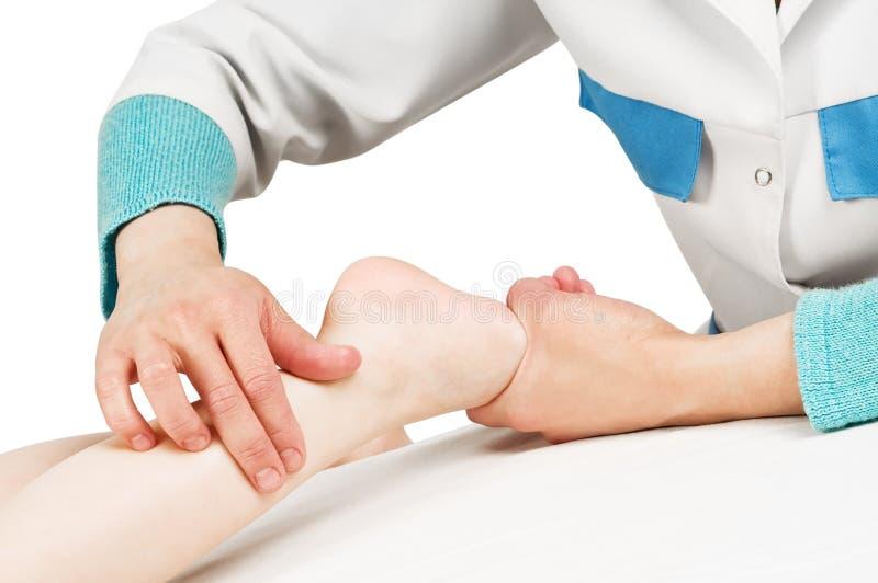 Masajista que da masajes a una pierna del niño imágenes de archivo libres de regalías