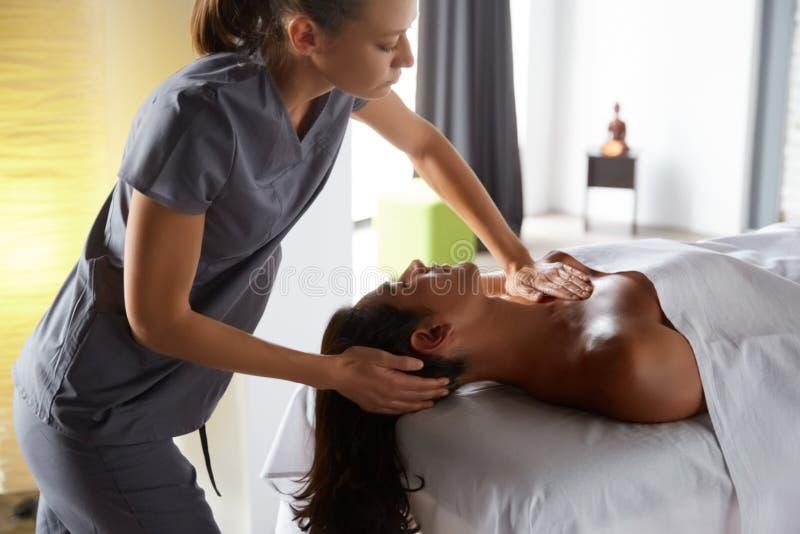 Masajista que hace el masaje para el cliente masculino fotografía de archivo libre de regalías