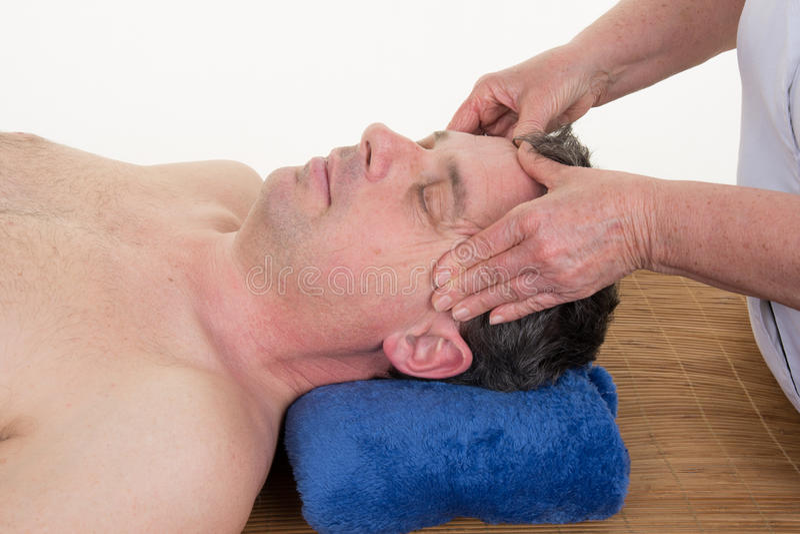 Masajista que hace el masaje principal de templos en hombre fotografía de archivo libre de regalías