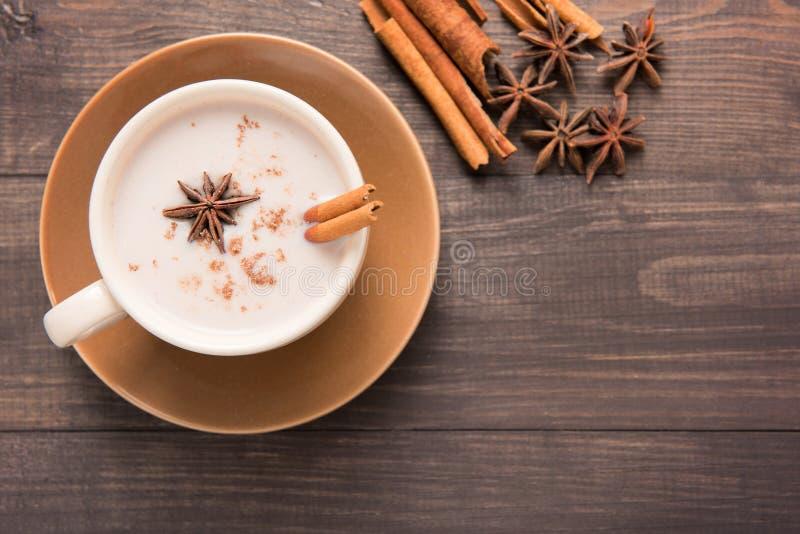 Masala chai con le spezie cannella, cardamomo, zenzero, chiodo di garofano e s fotografia stock