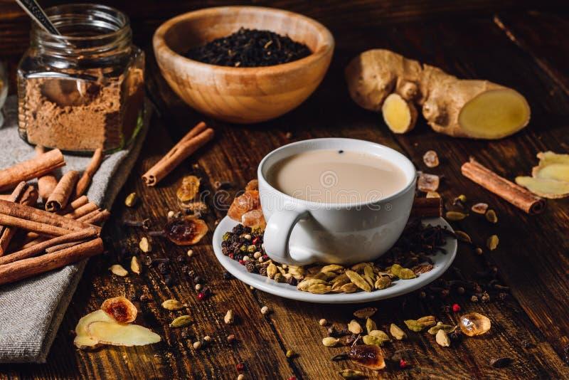 Masala Chai met Verschillende Ingrediënten stock fotografie