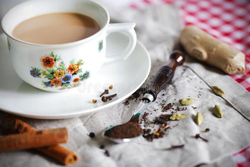 Masala chai o tè indiano con le spezie immagine stock