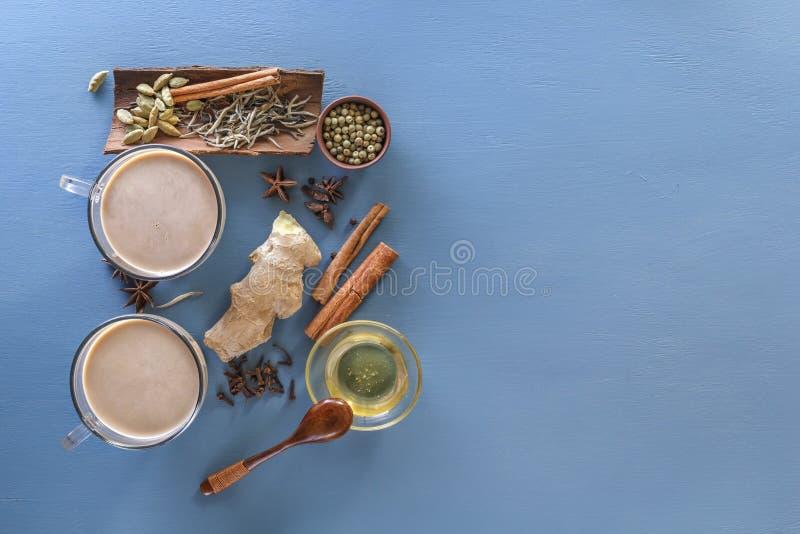 Masala del té en la leche con los ingredientes de las especias - canela, cardamomo, jengibre, clavos, pimienta rechoncha, dulce,  imagen de archivo