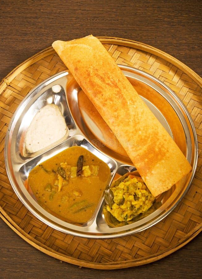 Masala Dosa med chutney och Sambaar traditionellt en södra Indien royaltyfria foton