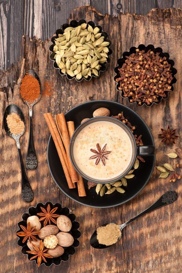 Masala indien Chai avec des épices Thé au lait et épicé image stock