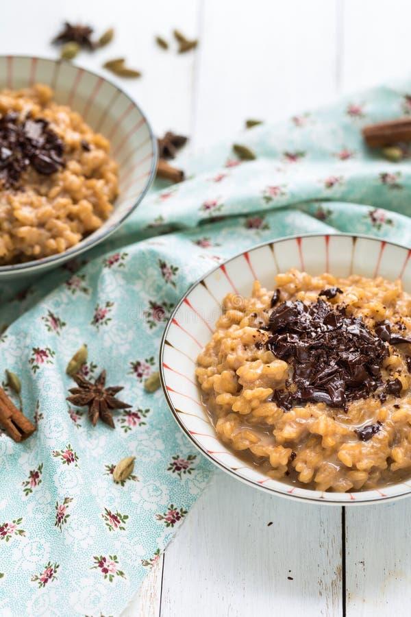 Masala-Tee Chai Rice Pudding mit Schokolade lizenzfreie stockbilder