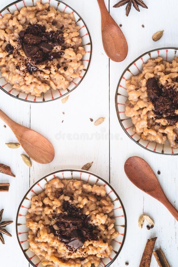 Masala-Tee Chai und Schokoladen-Reis-Pudding stockfoto