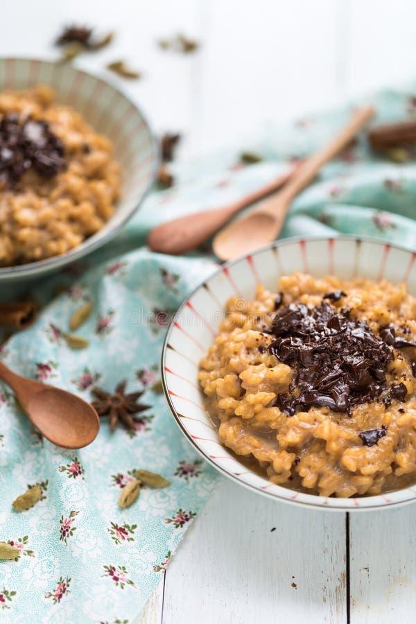Masalathee Chai Rice Pudding met Chocolade stock foto