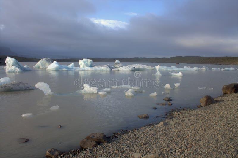 Masas de hielo flotante de hielo en la laguna del glaciar de Fjallsarlon del lago fotografía de archivo libre de regalías
