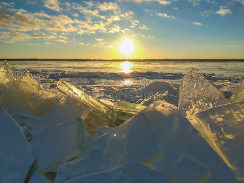 Masas de hielo flotante de hielo en la puesta del sol imagenes de archivo