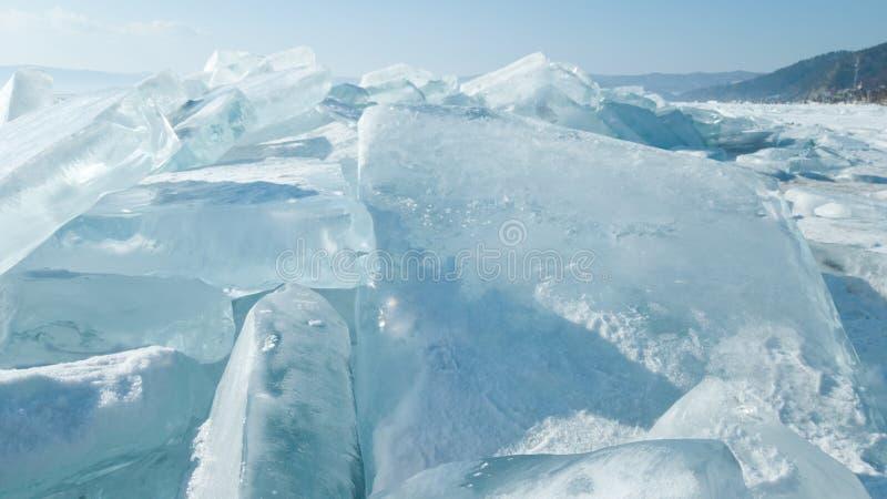 Masas de hielo flotante de hielo transparentes azules brillantes en el hielo del lago Baikal Primavera brillante en Siberia, Rusi fotos de archivo libres de regalías