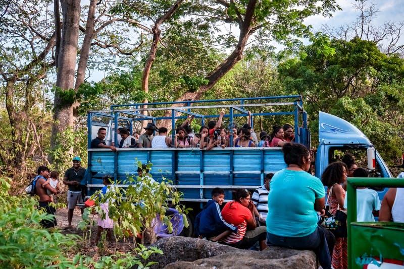Masaya, Νικαράγουα 10 Μαΐου Άνθρωποι που χρησιμοποιούν το δημόσιο μέσο μεταφοράς σε μια φτωχή πόλη σε Masaya, Νικαράγουα στοκ εικόνα