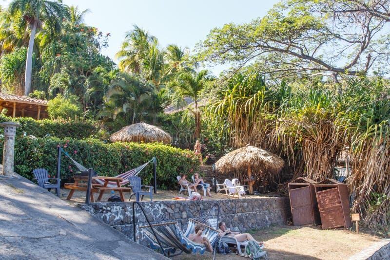 Masaya, Никарагуа, взгляд лагуны Apoyo с людьми на воссоздании в солнечном дне стоковые фото