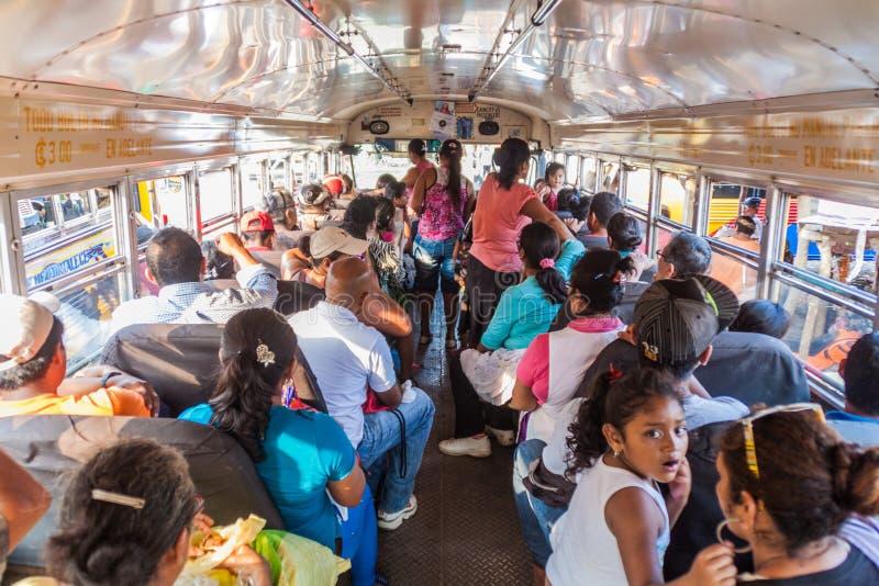 MASAYA, НИКАРАГУА - 30-ОЕ АПРЕЛЯ 2016: Пассажиры в местном buse вызвали автобус цыпленка на автовокзале в городке Masaya стоковая фотография