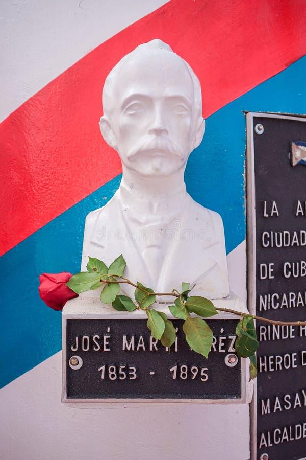 Masaya, Nicaragua 19 mai Statue du h?ros de l'ind?pendance de Jose Marti Cuban recevant des fleurs pour son anniversaire 124 de l image libre de droits