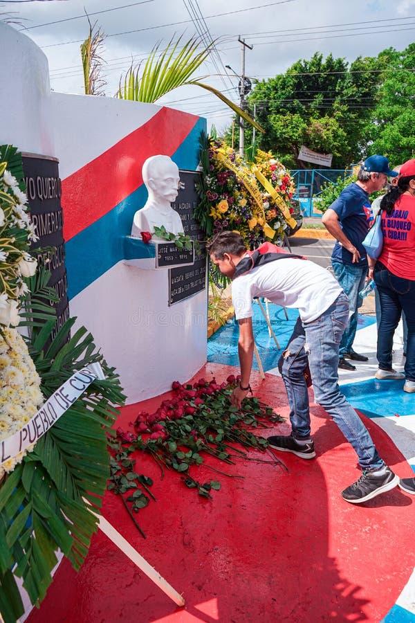 Masaya, Nicaragua 19 mai Statue du h?ros de l'ind?pendance de Jose Marti Cuban recevant des fleurs pour son anniversaire 124 de l photo libre de droits