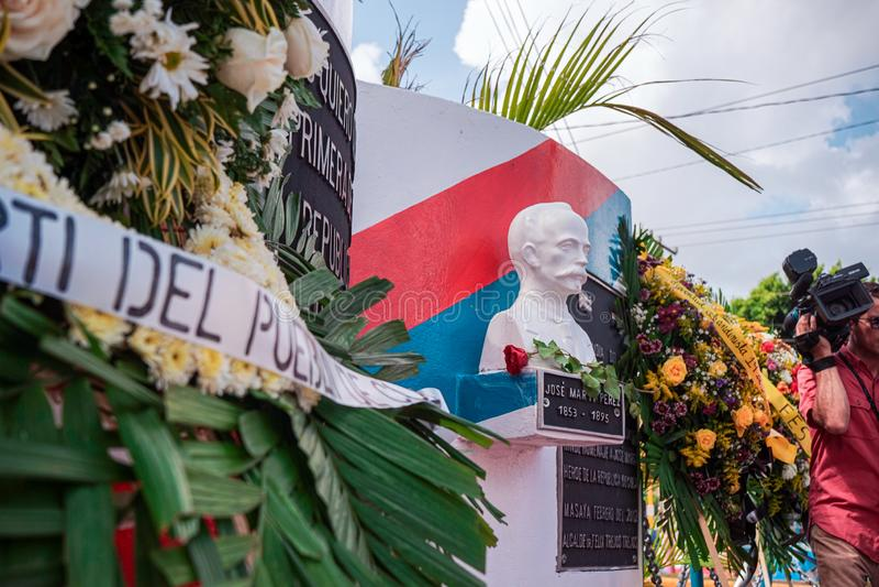 Masaya, Nikaragua Maj 19th Statua Jose Marti niezale?no?ci bohatera Kuba?ski dostawanie kwitnie dla jego 124 rocznicy ?mier? zdjęcia stock