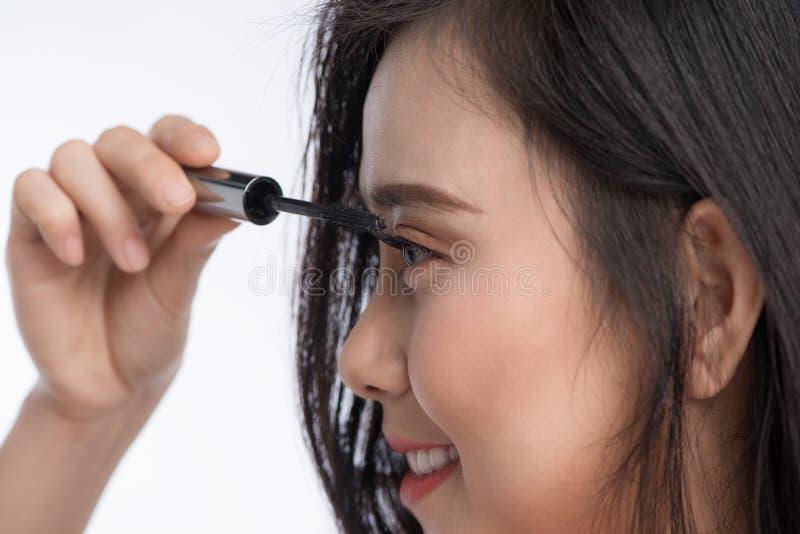 Mascara che applica primo piano, sferze lunghe Spazzola della mascara immagini stock libere da diritti