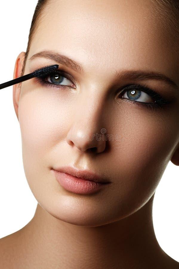 Mascara che applica primo piano, sferze lunghe Spazzola della mascara eyelashes immagini stock