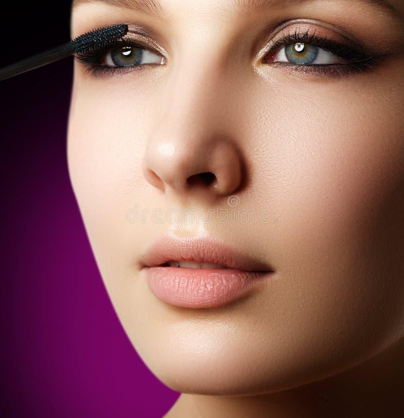 Mascara che applica primo piano, sferze lunghe Spazzola della mascara eyelashes fotografia stock libera da diritti