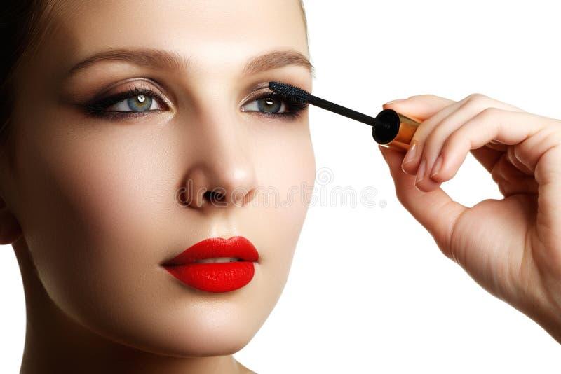 Mascara che applica primo piano, sferze lunghe Spazzola della mascara eyelashes immagini stock libere da diritti