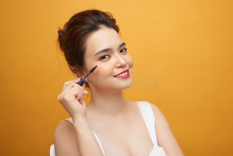Mascara de femme appliquant la brosse, cils femelles de maquillage de portrait photos stock