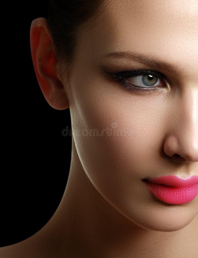Mascara het Van toepassing zijn Snak zwepenclose-up Hoog - kwaliteitsbeeld eyelashes stock afbeeldingen