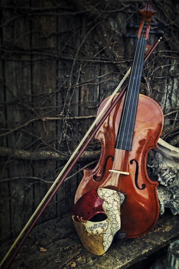 Mascarada - fantasma de la máscara de la ópera con el violín imágenes de archivo libres de regalías