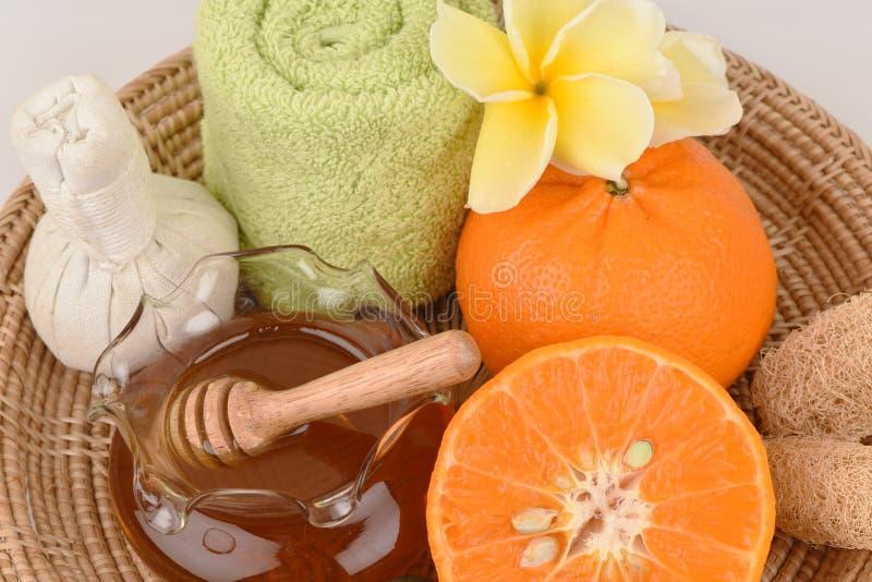 Mascarilla con la naranja y la miel para alisar blanquear la piel y el acné faciales imagenes de archivo