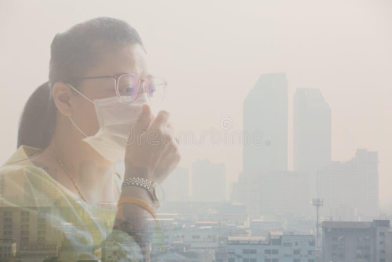 Mascarilla de la mujer que lleva debido a la contaminación atmosférica en la Bangkok fotos de archivo