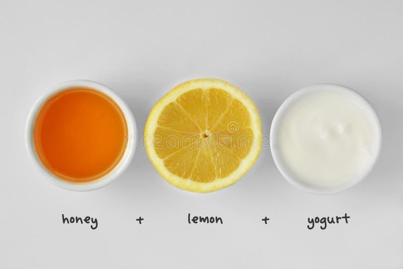 Mascarilla hecha en casa hecha fuera de la miel, del limón y del yogur fotos de archivo libres de regalías